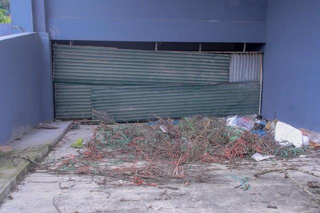 Khu chung cư tọa lạc vị trí đắc địa ở Hà Nội thành nơi tập kết rác  - Ảnh 9.