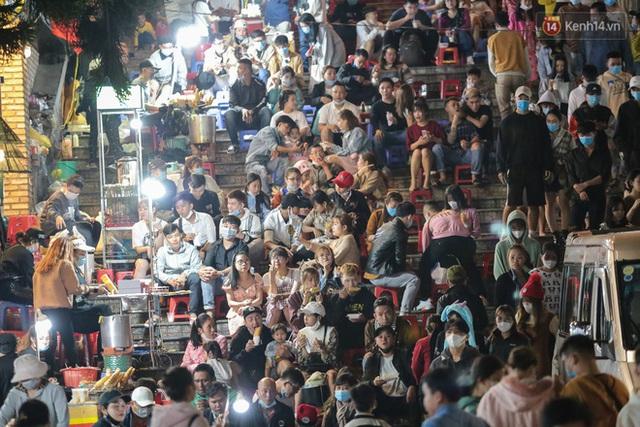 Ảnh: Rừng người tiếp tục ken đặc ở chợ đêm Đà Lạt tối 1/5, công tác phòng chống dịch Covid-19 càng vất vả - Ảnh 9.