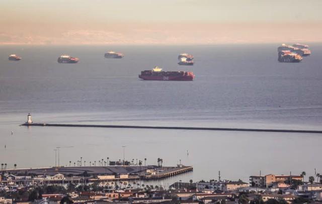 Ngành vận tải biển oằn mình phục vụ cơn lốc mua sắm trực tuyến - Ảnh 1.