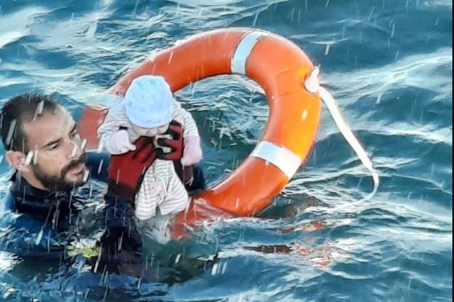 Nhói lòng khoảnh khắc bé sơ sinh chới với giữa biển người di cư, số phận mong manh trên hành trình tìm đến miền đất hứa - Ảnh 2.