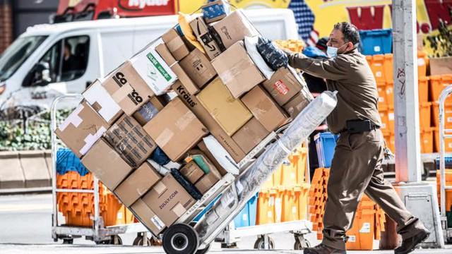 Ngành vận tải biển oằn mình phục vụ cơn lốc mua sắm trực tuyến - Ảnh 4.