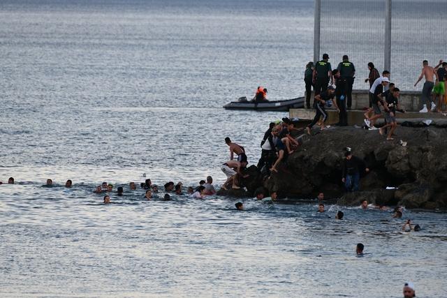 Nhói lòng khoảnh khắc bé sơ sinh chới với giữa biển người di cư, số phận mong manh trên hành trình tìm đến miền đất hứa - Ảnh 4.