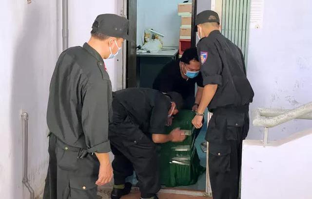 Hình ảnh khám xét, bắt giam cựu Giám đốc Sở Tài nguyên - Môi trường Khánh Hòa  - Ảnh 6.