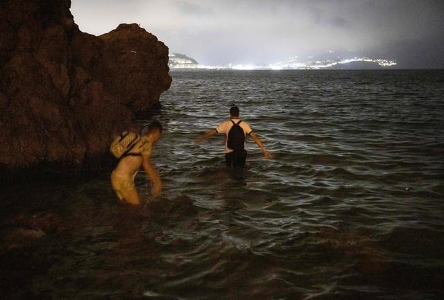 Nhói lòng khoảnh khắc bé sơ sinh chới với giữa biển người di cư, số phận mong manh trên hành trình tìm đến miền đất hứa - Ảnh 7.