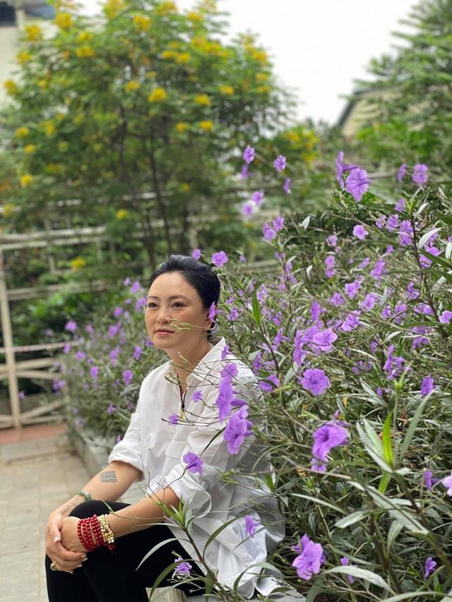 Khám phá căn biệt phủ ngoại ô của con gái PGS Văn Như Cương: Xây trên quả đồi rộng 200 m2, view cánh đồng rộng mênh mông, bên cạnh có suối chảy róc rách - Ảnh 1.