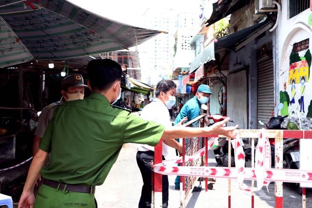 Cận cảnh việc phong tỏa một phần khu chợ sầm uất ở trung tâm TPHCM  - Ảnh 1.