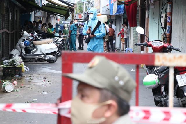 Cận cảnh việc phong tỏa một phần khu chợ sầm uất ở trung tâm TPHCM  - Ảnh 2.