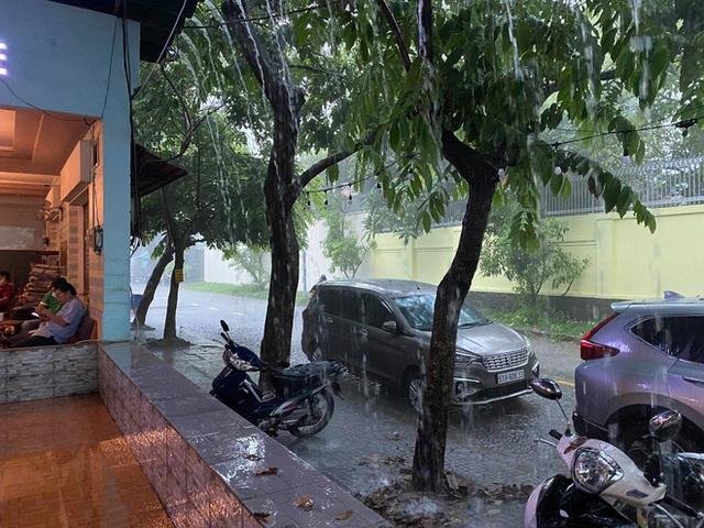 TP.HCM: Mưa lớn kéo dài vào giữa trưa khiến nhiều tuyến đường ngập nặng - Ảnh 3.
