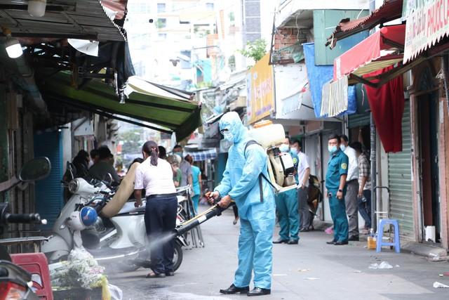 Cận cảnh việc phong tỏa một phần khu chợ sầm uất ở trung tâm TPHCM  - Ảnh 3.