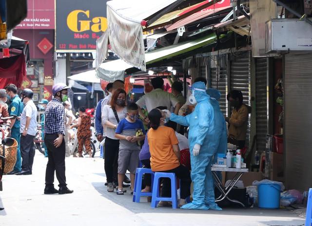 Cận cảnh việc phong tỏa một phần khu chợ sầm uất ở trung tâm TPHCM  - Ảnh 4.