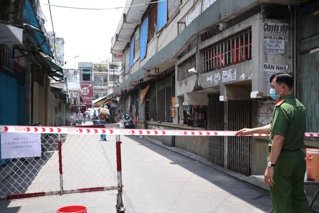 Cận cảnh việc phong tỏa một phần khu chợ sầm uất ở trung tâm TPHCM  - Ảnh 6.