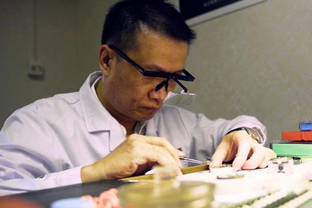"""Sự kỳ công của người thợ đồng hồ tự chế tác những """"siêu phẩm"""" thủ công, giá lên tới 80.000 USD, chất lượng sánh ngang với nhiều thương hiệu nổi tiếng - Ảnh 1."""
