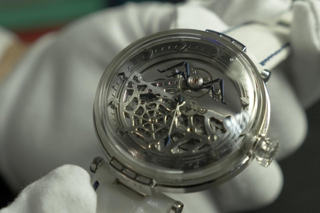 """Sự kỳ công của người thợ đồng hồ tự chế tác những """"siêu phẩm"""" thủ công, giá lên tới 80.000 USD, chất lượng sánh ngang với nhiều thương hiệu nổi tiếng - Ảnh 2."""