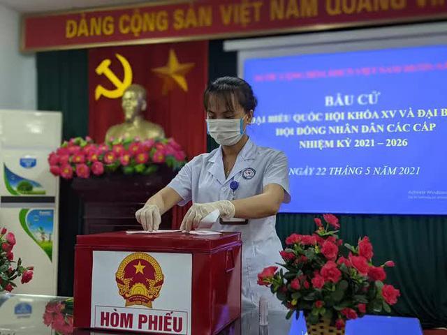 CLIP: Đi bầu cử sớm tại Bệnh viện dã chiến ở tâm dịch Bắc Ninh sáng nay 22-5  - Ảnh 2.