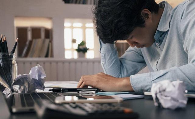Người đàn ông bị đột quỵ mắt, mất thị giác đột ngột, bác sĩ cảnh báo: Người trẻ nên làm việc trước máy tính và nghỉ ngơi điều độ nếu không muốn bị mù! - Ảnh 2.