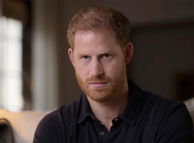 Harry chỉ trích cha khiến anh đau khổ, buộc tìm đến chất kích thích để quên nỗi đau mất mẹ và loạt tiết lộ gây sốc khác trong phim tài liệu mới  - Ảnh 1.