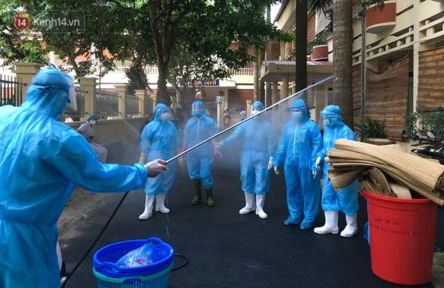Bên trong khu cách ly y tế BV Đa khoa Thạch Thất: Hàng trăm người được lấy mẫu xét nghiệm, nhân viên y tế phun khử khuẩn trang thiết bị - Ảnh 11.