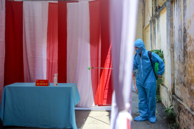 Hà Nội phun khử khuẩn phòng dịch COVID-19 tại các điểm bầu cử  - Ảnh 11.