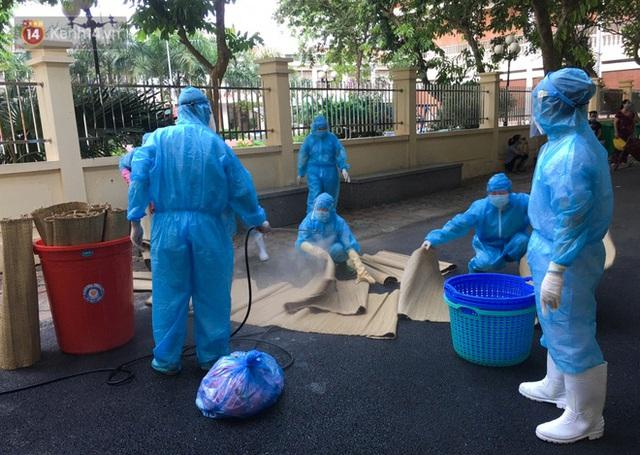 Bên trong khu cách ly y tế BV Đa khoa Thạch Thất: Hàng trăm người được lấy mẫu xét nghiệm, nhân viên y tế phun khử khuẩn trang thiết bị - Ảnh 12.