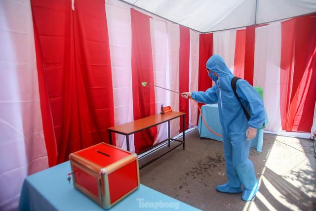 Hà Nội phun khử khuẩn phòng dịch COVID-19 tại các điểm bầu cử  - Ảnh 12.