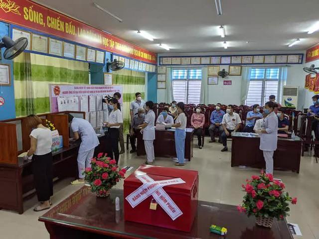 CLIP: Đi bầu cử sớm tại Bệnh viện dã chiến ở tâm dịch Bắc Ninh sáng nay 22-5  - Ảnh 4.