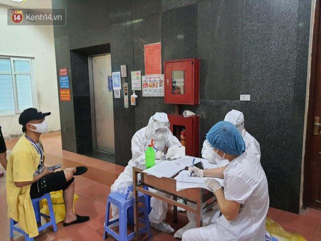 Bên trong khu cách ly y tế BV Đa khoa Thạch Thất: Hàng trăm người được lấy mẫu xét nghiệm, nhân viên y tế phun khử khuẩn trang thiết bị - Ảnh 4.