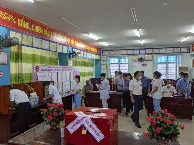 CLIP: Đi bầu cử sớm tại Bệnh viện dã chiến ở tâm dịch Bắc Ninh sáng nay 22-5  - Ảnh 5.