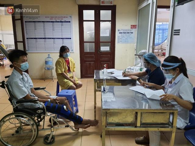 Bên trong khu cách ly y tế BV Đa khoa Thạch Thất: Hàng trăm người được lấy mẫu xét nghiệm, nhân viên y tế phun khử khuẩn trang thiết bị - Ảnh 5.