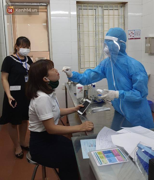 Bên trong khu cách ly y tế BV Đa khoa Thạch Thất: Hàng trăm người được lấy mẫu xét nghiệm, nhân viên y tế phun khử khuẩn trang thiết bị - Ảnh 6.