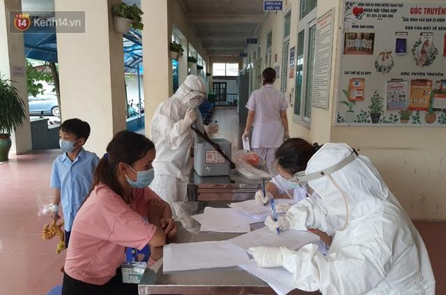 Bên trong khu cách ly y tế BV Đa khoa Thạch Thất: Hàng trăm người được lấy mẫu xét nghiệm, nhân viên y tế phun khử khuẩn trang thiết bị - Ảnh 7.