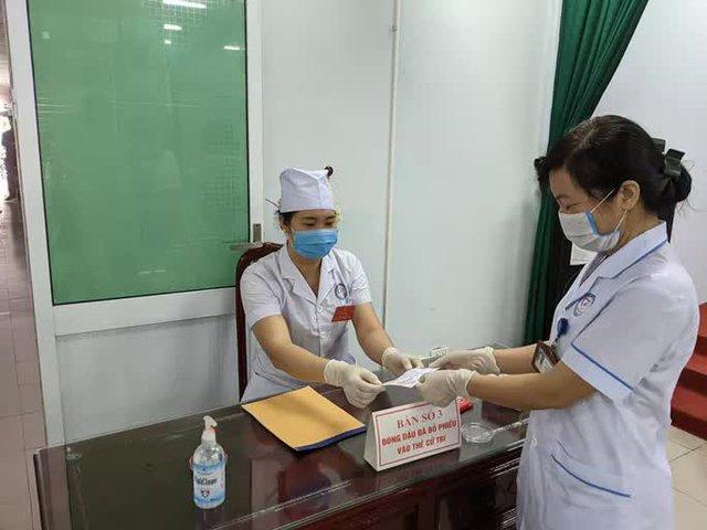 CLIP: Đi bầu cử sớm tại Bệnh viện dã chiến ở tâm dịch Bắc Ninh sáng nay 22-5  - Ảnh 8.