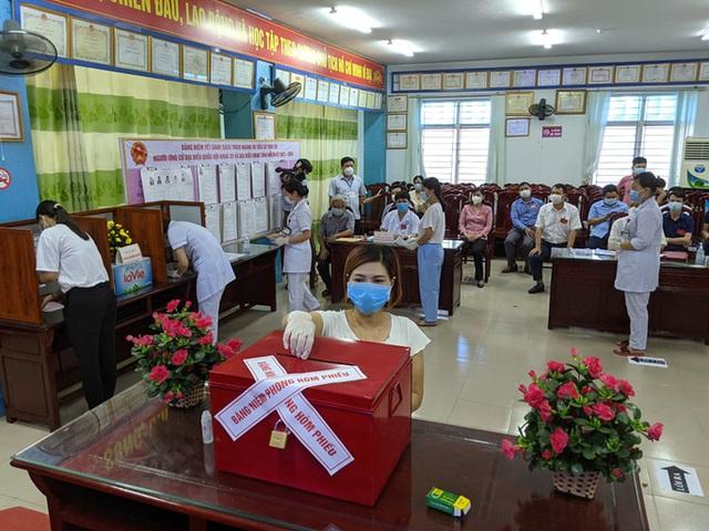 CLIP: Đi bầu cử sớm tại Bệnh viện dã chiến ở tâm dịch Bắc Ninh sáng nay 22-5  - Ảnh 9.