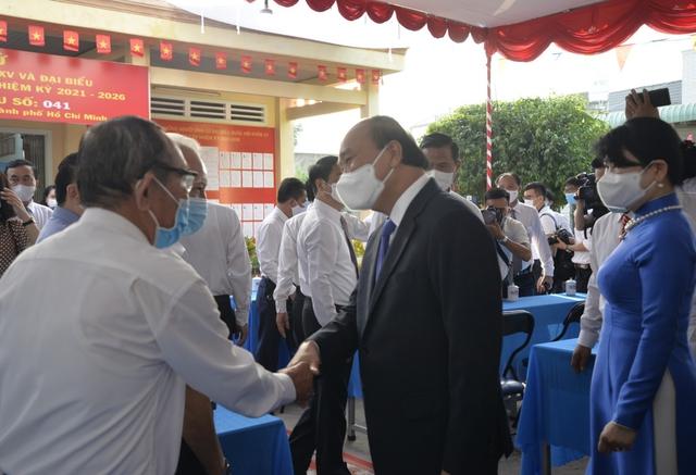 Chủ tịch nước Nguyễn Xuân Phúc và phu nhân bỏ phiếu tại Củ Chi, TP. HCM - Ảnh 1.