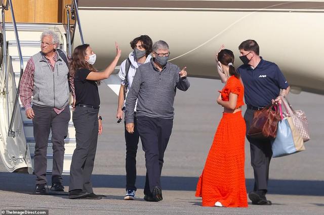 Tỷ phú Bill Gates lần đầu xuất hiện công khai ngoài đường hậu ly hôn: Vui vẻ đưa con gái út đi ăn, tay vẫn đeo nhẫn cưới - Ảnh 1.