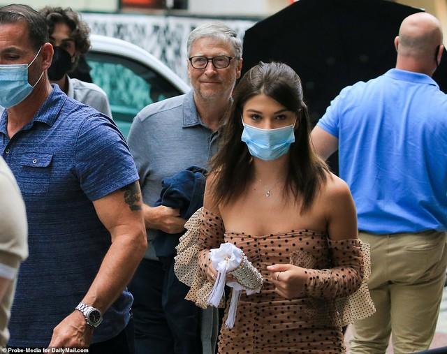 Tỷ phú Bill Gates lần đầu xuất hiện công khai ngoài đường hậu ly hôn: Vui vẻ đưa con gái út đi ăn, tay vẫn đeo nhẫn cưới - Ảnh 3.