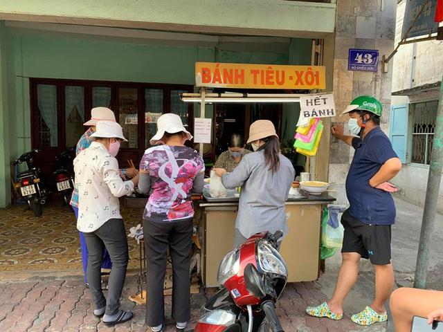 Hàng bánh tiêu chảnh số 1 Việt Nam: Chưa kịp mở cửa đã thông báo hết bánh, có người phải đứng chờ cả tiếng đồng hồ - Ảnh 1.