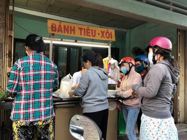Hàng bánh tiêu chảnh số 1 Việt Nam: Chưa kịp mở cửa đã thông báo hết bánh, có người phải đứng chờ cả tiếng đồng hồ - Ảnh 2.