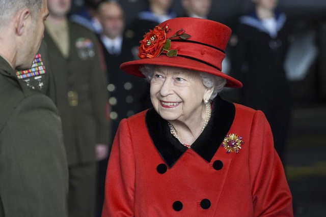 Nữ hoàng Anh xuất hiện công khai sau khi bị Harry chỉ trích cay nghiệt, chi tiết tinh tế trên áo là lời nhắc nhở gửi đến cháu trai hay than vãn - Ảnh 1.