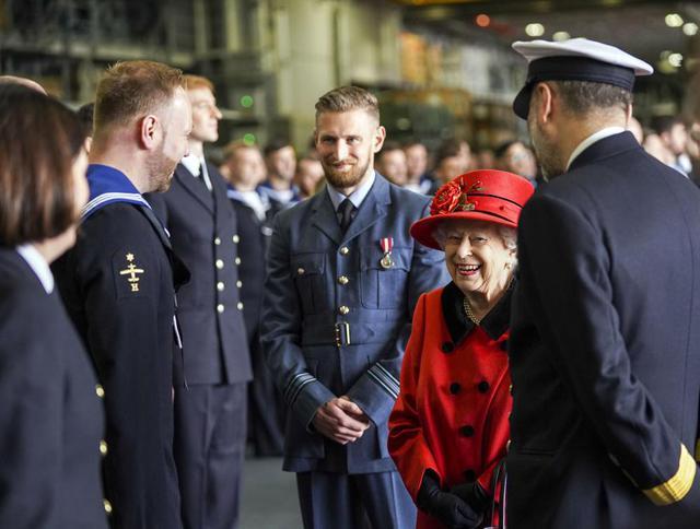 Nữ hoàng Anh xuất hiện công khai sau khi bị Harry chỉ trích cay nghiệt, chi tiết tinh tế trên áo là lời nhắc nhở gửi đến cháu trai hay than vãn - Ảnh 2.