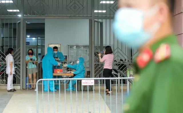 CLIP: Phong tỏa tòa nhà ở khu đô thị Việt Hưng có ca dương tính SARS-CoV-2  - Ảnh 3.