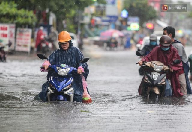 Ảnh: Ô tô chết máy, trôi bồng bềnh trên đường ngập ở Sài Gòn sau mưa lớn - Ảnh 2.