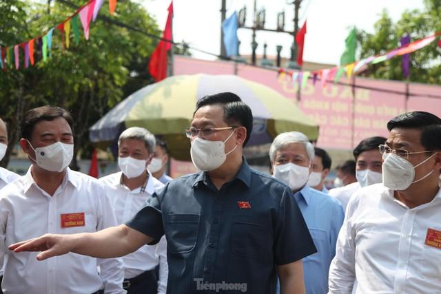 Chủ tịch Quốc hội Vương Đình Huệ kiểm tra công tác bầu cử tại tâm dịch Bắc Giang  - Ảnh 1.