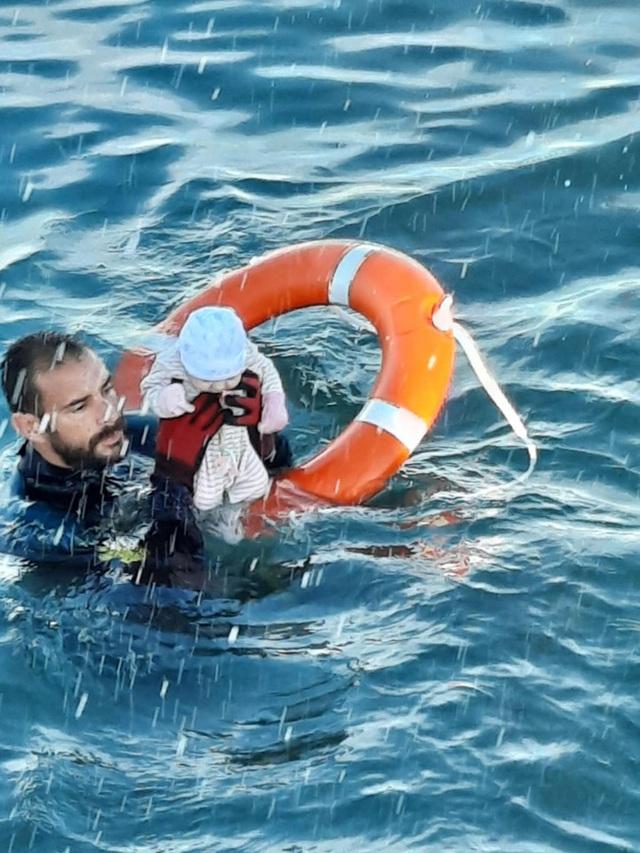 Người trong cuộc kể về bức ảnh em bé sơ sinh trong đoàn di cư được cứu từ biển: Đứa trẻ lạnh cóng, không cử động - Ảnh 1.