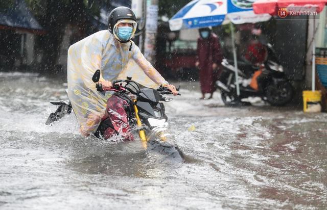 Ảnh: Ô tô chết máy, trôi bồng bềnh trên đường ngập ở Sài Gòn sau mưa lớn - Ảnh 13.