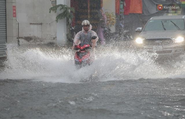 Ảnh: Ô tô chết máy, trôi bồng bềnh trên đường ngập ở Sài Gòn sau mưa lớn - Ảnh 17.