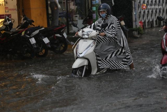 Ảnh: Ô tô chết máy, trôi bồng bềnh trên đường ngập ở Sài Gòn sau mưa lớn - Ảnh 19.