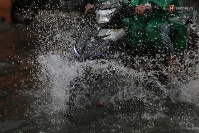Ảnh: Ô tô chết máy, trôi bồng bềnh trên đường ngập ở Sài Gòn sau mưa lớn - Ảnh 20.