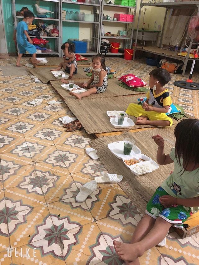 Nhiều em bé ở Điện Biên đi cách ly chỉ có một bộ quần áo, lắm em còn chẳng có dép để mang - Ảnh 3.