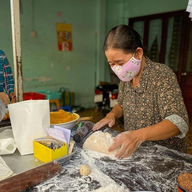 Hàng bánh tiêu chảnh số 1 Việt Nam: Chưa kịp mở cửa đã thông báo hết bánh, có người phải đứng chờ cả tiếng đồng hồ - Ảnh 3.