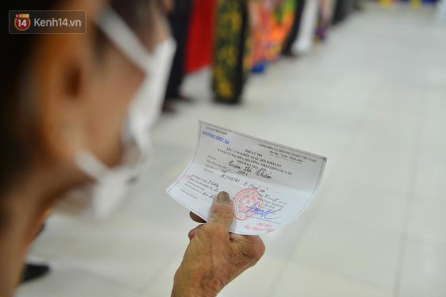 Cụ bà 101 tuổi được bỏ lá phiếu đầu tiên tại điểm bầu cử ở Hà Nội: Tôi rất phấn khởi thực hiện nghĩa vụ của mình - Ảnh 3.